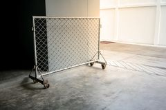 Barreira móvel da cerca de fio com rodas do metal Foto de Stock Royalty Free