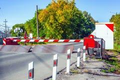 A barreira na estrada e no arranjo da cerca do cruzamento de estrada de ferro Imagem de Stock Royalty Free