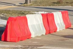 Barreira vermelho-branca plástica na estrada, segurança de tráfego com limitações projeto bem-marcado na estrada foto de stock