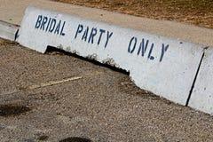 Barreiras concretas nupciais do jérsei do partido somente na frente de um salão Foto de Stock Royalty Free