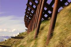 Barreiras da avalancha nas montanhas fotografia de stock