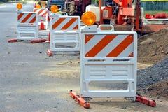 Barreiras do tráfego no local da construção de estradas Fotos de Stock