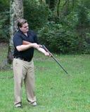 barrel его корокоствольное оружие мужчины взглядов Стоковые Фото
