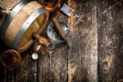 Barrel avec le cognac français, les verres et un cigare Photographie stock libre de droits