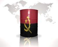 barrel avec le drapeau angolais sur la carte du monde Images libres de droits