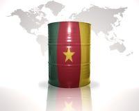 barrel avec le drapeau du Cameroun sur la carte du monde Photos stock