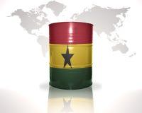 barrel avec le drapeau ghanéen sur la carte du monde Photographie stock