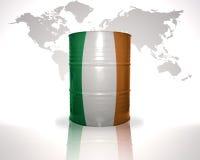 barrel avec le drapeau irlandais sur la carte du monde Photographie stock libre de droits