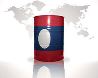 barrel avec le drapeau laotien sur la carte du monde Photographie stock