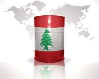 Barrel avec le drapeau libanais sur la carte du monde Photographie stock libre de droits