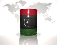 Barrel avec le drapeau libyen sur la carte du monde illustration stock