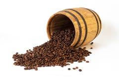 Barrel avec les grains de café emiettés sur le fond blanc Photographie stock