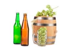Barrel a caneca com lúpulos e garrafas da cerveja Imagens de Stock
