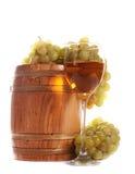 Barrel e um vidro do vinho branco Fotografia de Stock