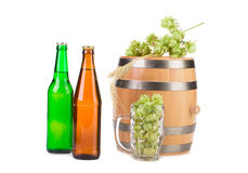 Barrel la tasse avec des houblon et des bouteilles de bière Images stock