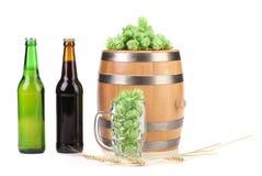 Barrel la tasse avec l'houblon d'orge et la bouteille de bière. Photographie stock libre de droits