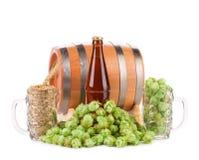 Barrel la taza con los saltos y la botella de cerveza Fotos de archivo