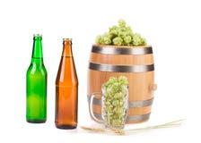 Barrel la taza con los saltos y la botella de cerveza Imagenes de archivo