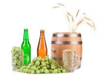 Barrel la tazza con il luppolo e le bottiglie della birra Fotografie Stock Libere da Diritti