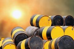 Barrel o óleo, pilha do metal velho do tanque de gás do óleo do tambor no fundo da poluição da atmosfera do ar da nuvem do céu imagem de stock