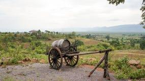 Barrel på en vagn som förbiser en vingård i burma Arkivfoton