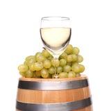 Barrel, vidro do vinho e uvas maduras em de madeira Foto de Stock Royalty Free