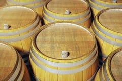 barrels вино крупного плана погреба бесплатная иллюстрация