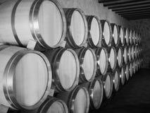 barrels вино погреба старое Штабелированный вверх по бутылкам вина в погребе, пылевоздушном но вкусном Стоковые Фотографии RF