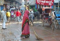 Barrendero de calle en Mathura Imagenes de archivo
