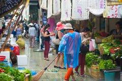 Barrendero en Ben Thanh Market, Vietnam Imagen de archivo