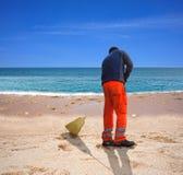 Barrer la playa Imagenes de archivo