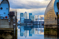 Barrera de Canary Wharf y del Támesis imagen de archivo libre de regalías