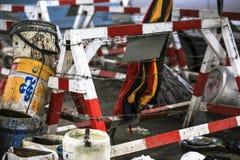 Barrera de entrada de madera de la barricada a lo largo del trabajo de la reparación del sitio de la construcción de carreteras imagenes de archivo