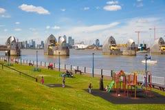 Barrera de Londres en la opinión del río Támesis imagen de archivo libre de regalías