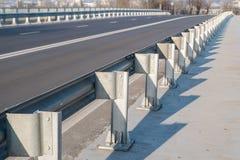 Barrera de seguridad en el puente de la autopista sin peaje Foto de archivo libre de regalías
