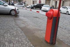 Barrera del aparcamiento, sistema automático de la entrada Entrada al aparcamiento con la máquina bloqueada de la barrera y de en fotos de archivo libres de regalías
