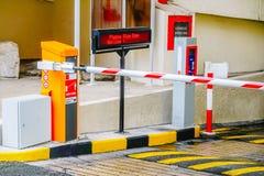 Barrera del aparcamiento, sistema de seguridad para construir el acceso - parada de la puerta de la barrera con los conos del trá foto de archivo libre de regalías