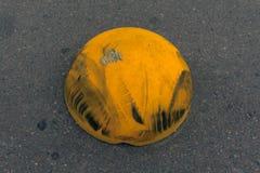 Barrera del estacionamiento del coche con las pistas del neumático Fotografía de archivo