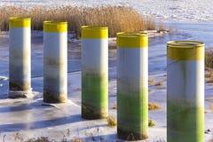 Barrera del metal contra masas de hielo flotante de hielo foto de archivo libre de regalías