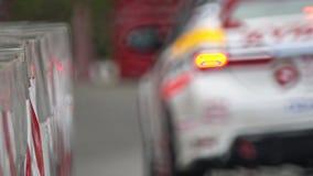 Barrera del tráfico en la pista del coche de carreras almacen de video