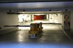 Barrera en bilateral en el estacionamiento del coche en aeropuerto Imagenes de archivo