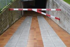 Barrera en la entrada al estacionamiento subterráneo Imágenes de archivo libres de regalías