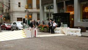 Barrera móvil de la seguridad en Manhattan más baja almacen de video