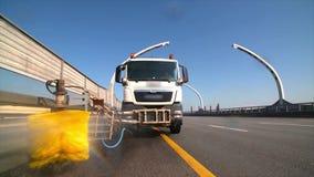 Barreras del camino del claro de la máquina de la limpieza del camino de ciudad en carretera moderna con el chorro de agua y el c metrajes