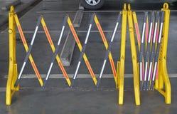 Barreras plásticas portátiles amarillas que bloquean el camino Fotos de archivo