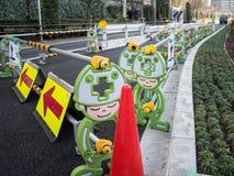 Barreras portátiles del tráfico en Tokio, Japón imagen de archivo