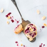 Barres d'énergie crues faites main de protéine ou gâteaux au fromage, casse-croûte sain de superfood photo stock
