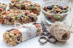 Barres d'énergie faites maison de granola avec des figues, farine d'avoine, amande, canneberge sèche et graines de citrouille, ho Images libres de droits