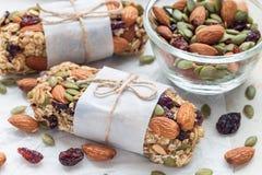 Barres d'énergie faites maison de granola avec les figues, la farine d'avoine, l'amande, la canneberge sèche et les graines de ci Photos stock