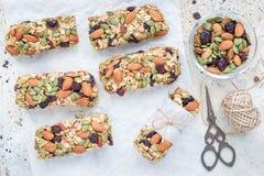Barres d'énergie faites maison de granola avec les figues, la farine d'avoine, l'amande, la canneberge sèche et les graines de ci Photo stock